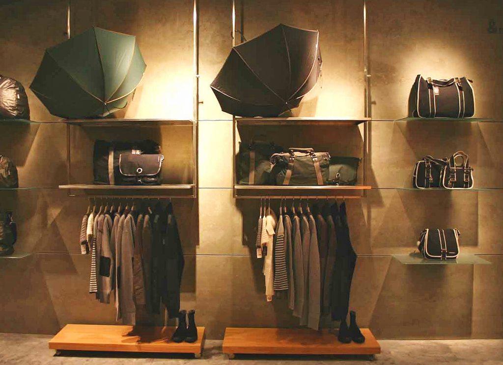 Boutique con estanterías