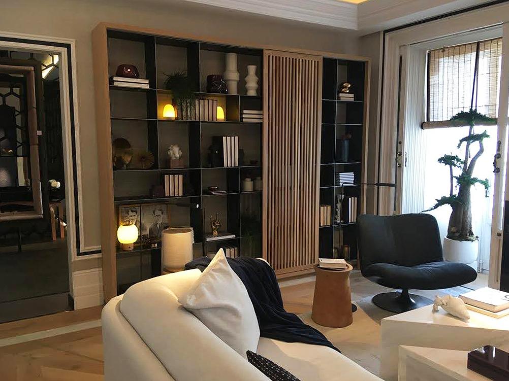 Salón con mueble de estanterías en Casadecor 2020