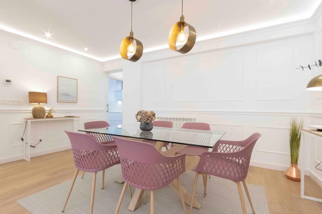 Mesa comedor, sillas rosas y dos aparadores