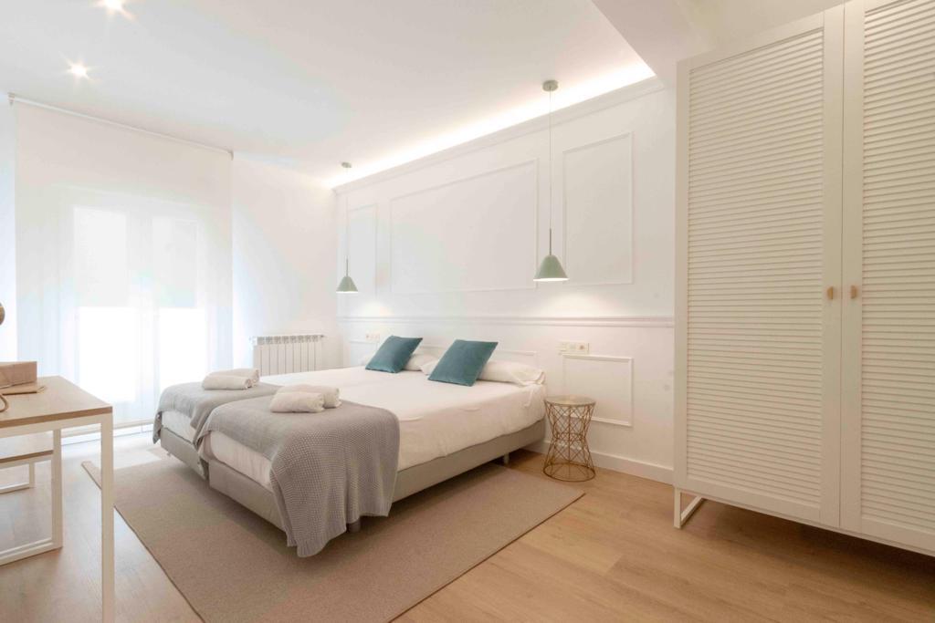Habitación con armario blanco de lamas